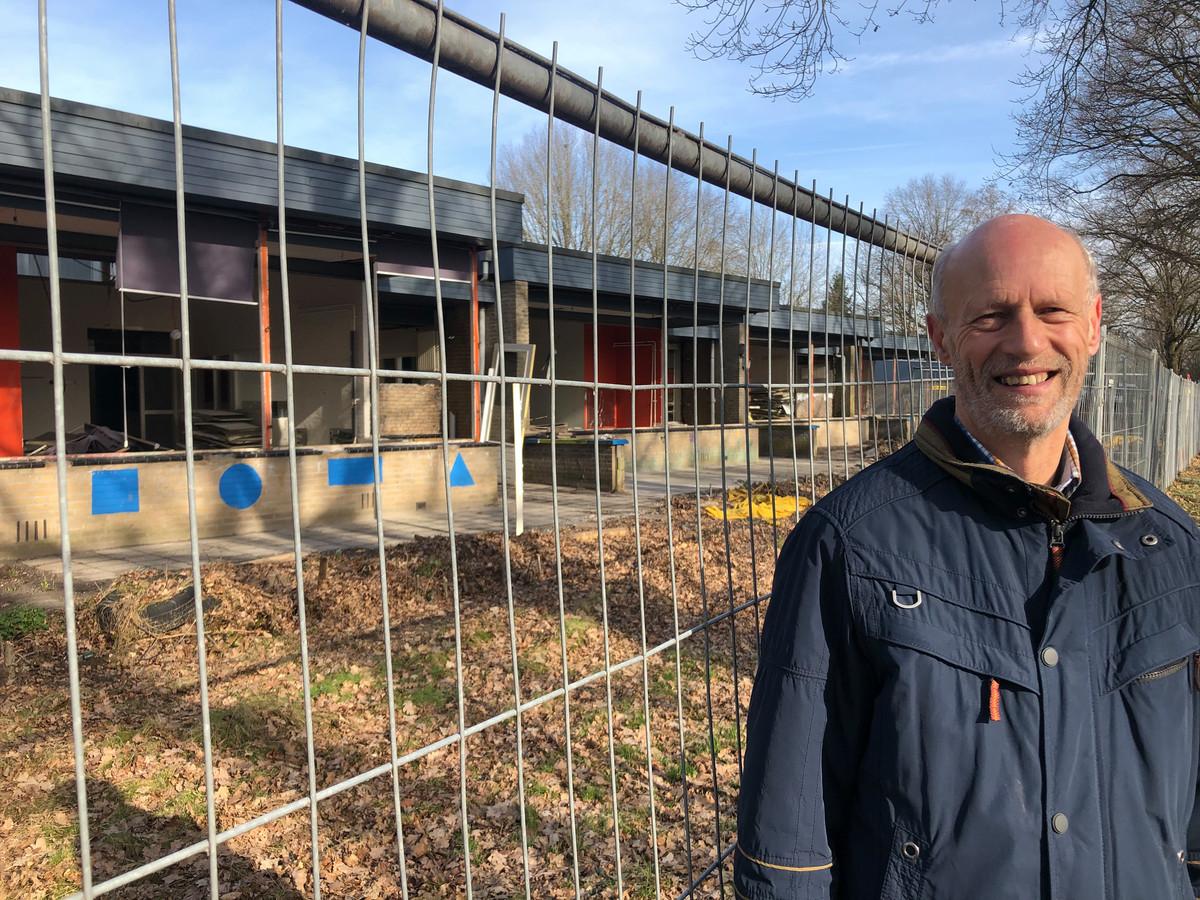 Oud-schooldirecteur Jan van Esch bij 'zijn' Vlashofschool in Berkel-Enschot