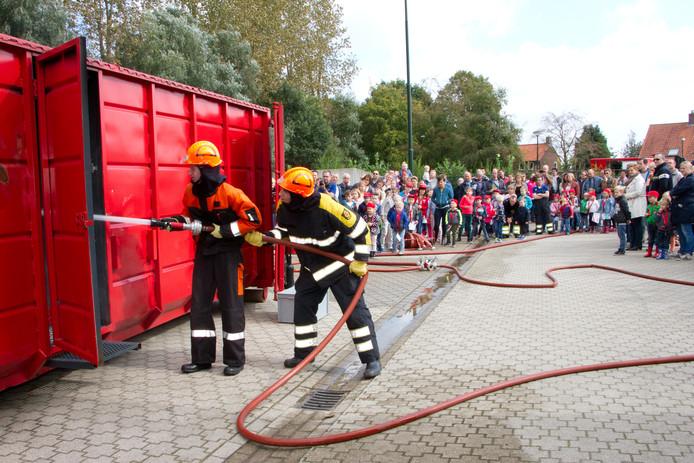 De jeugdbrandweer demonstreerde haar kennis en kunde.