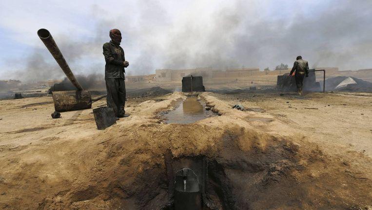 Een olieraffinaderij in de Koerdische plaats al-Qahtaniya, die nu in handen is van IS. Beeld reuters