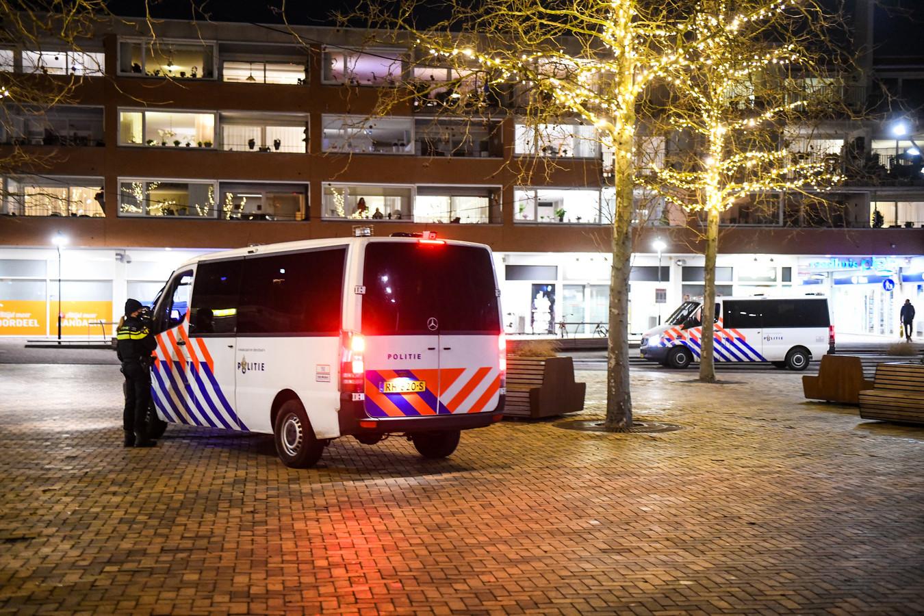 Politie is aanwezig op het Raadhuisplein in Bodegraven vanwege aangekondigde rellen.