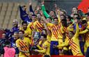 Messi en Busquets staken de trofee in de lucht.