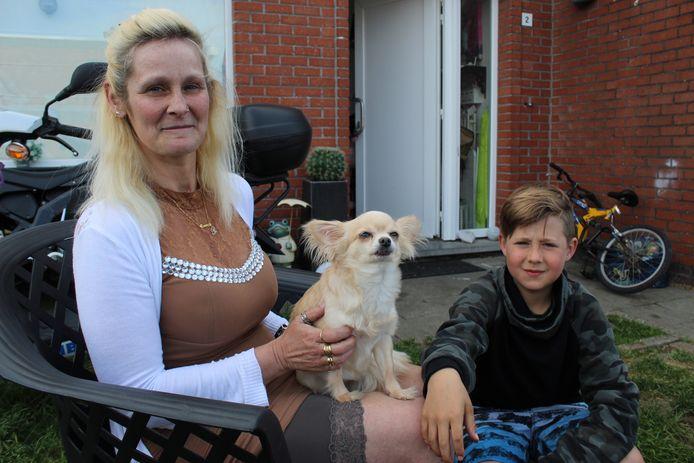 Cathy Van Heygen met Kizzy op de schoot, en zoon Dinozzo (9).