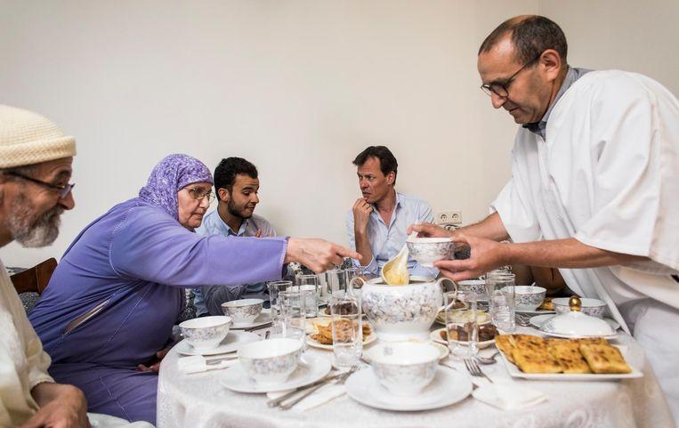 Tijs van den Brink bij een islamitisch gezin. Beeld