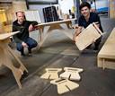 Bjorn Berkers en Mark Snoeijen bouwen normaal constructies en decors voor festivals, maar maken nu bureaus en andere aanverwante artikelen voor thuiswerkplekken.
