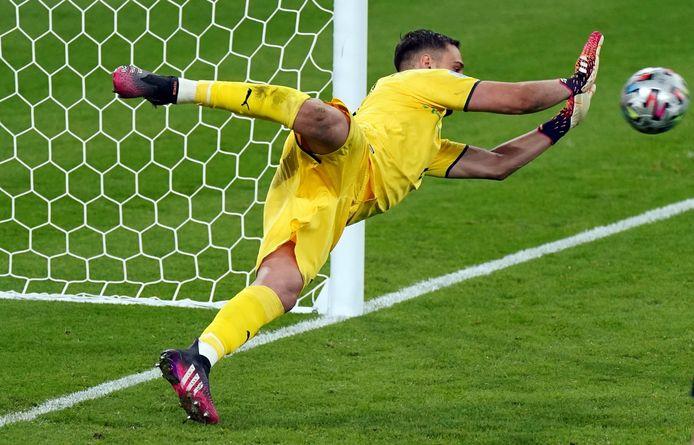 Donnarumma stopt een van de Engelse strafschoppen.