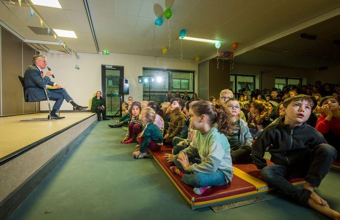 De Eindhovense burgemeester John Jorritsma kwam gisteren voorlezen op De Korenaar in Prinsejagt.