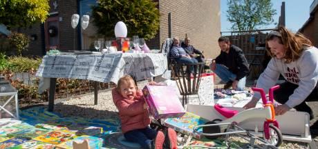 Snuffelen op kleedjesmarkt verspreid door heel Eerbeek: 'Zo zien we nog eens wat van het dorp'