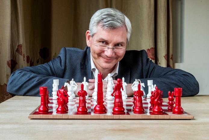 André van Schie achter zijn Utrechtse schaakspel
