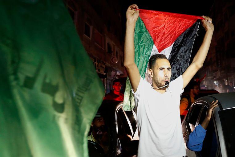 Honderden Palestijnen gaan de straat op in Gaza om het ingaan van het bestand te vieren. Beeld AP