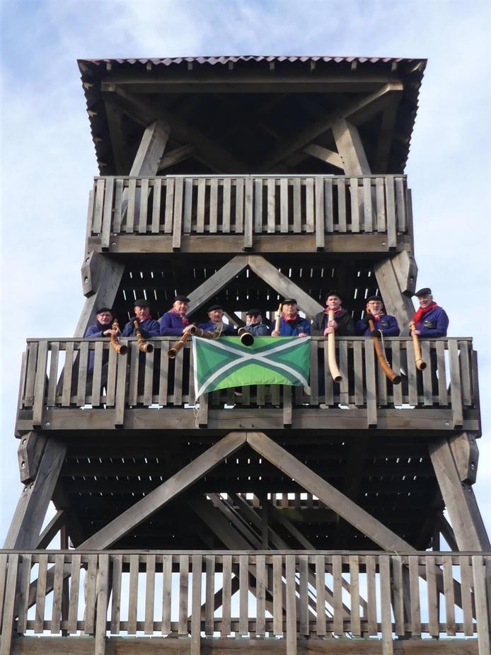 Needse mindwinterhoornblazer op de uitkijktoren op de Needse Berg
