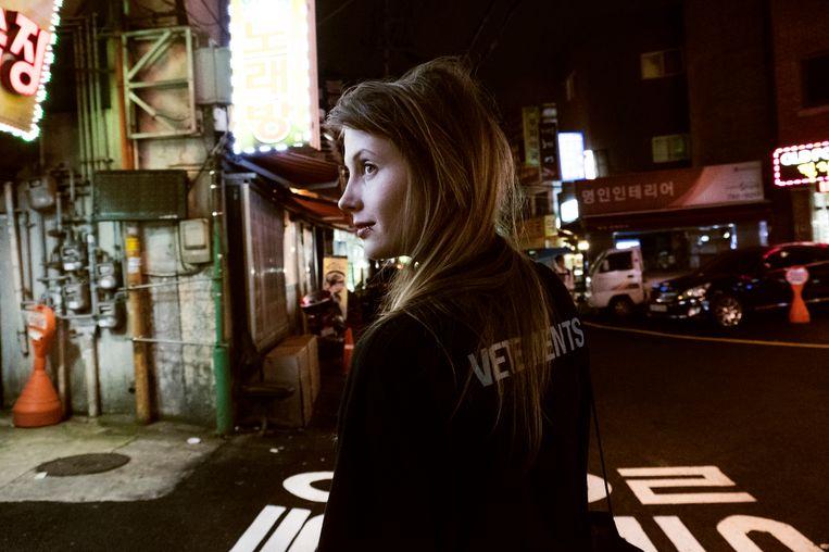 """Charlotte de Witte in Japan. """"De truc is om nu geen diva worden. Anders zou ik mezelf gaan haten.""""   Beeld Marie Wynants"""