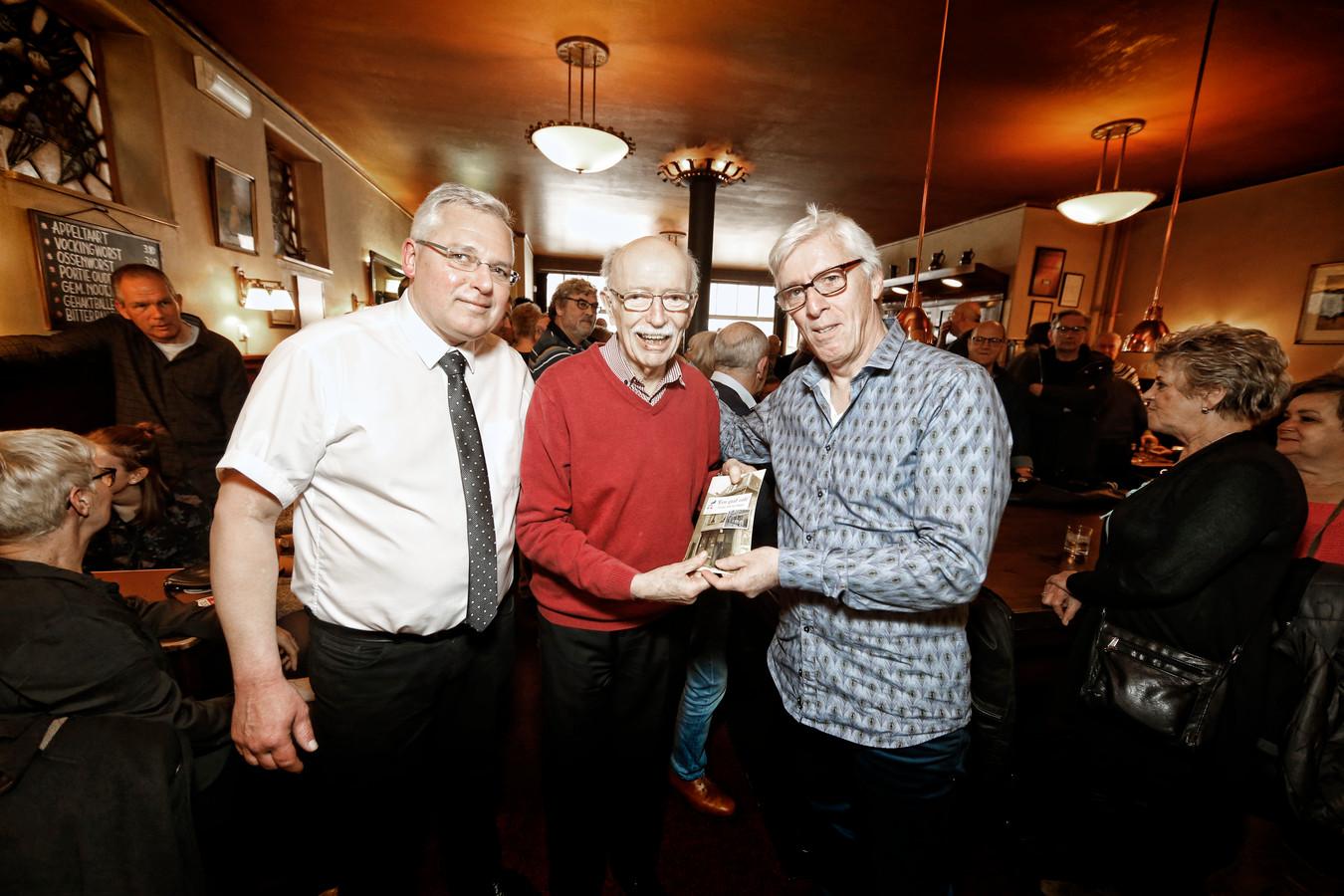 Het eerste exemplaar van een boekje over de geschiedenis van café Van Wegen werd in 2018 overhandigd aan professor Gerrit Jansen.
