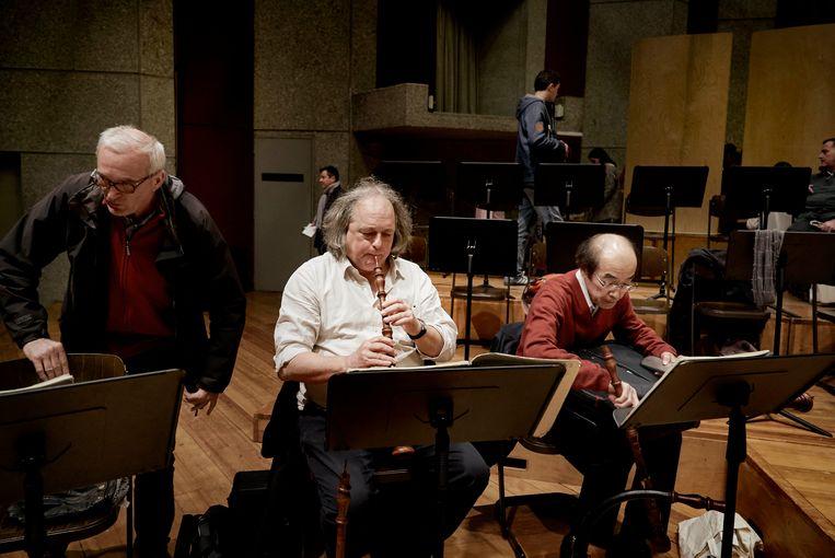 Hoboist Marcel Ponseele (midden). Beeld Eric De Mildt