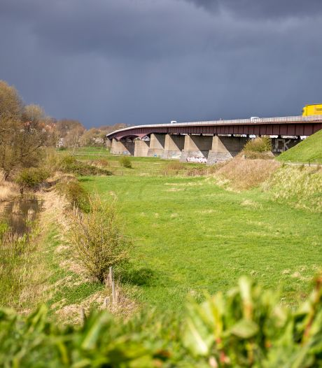 Verbreden Rhenense Rijnbrug valt miljoenen euro's duurder uit