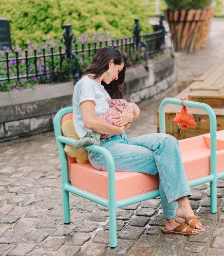 Un banc d'allaitement est installé à Courtrai pour normaliser le fait de nourrir son bébé en public