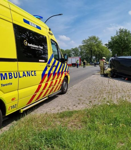 Busje en auto botsen in Borne: 2 gewonden