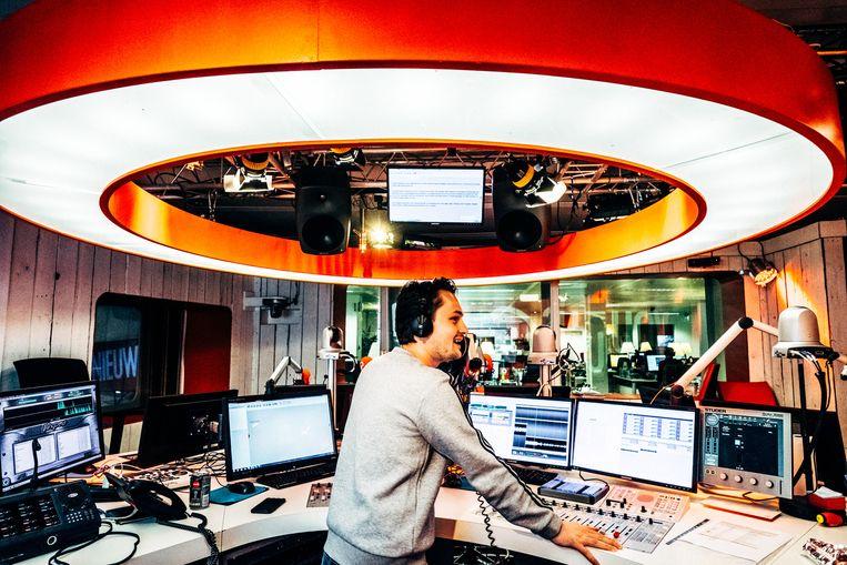 Q-presentator Maarten Vancoillie in de studio. Beeld Thomas Sweertvaegher