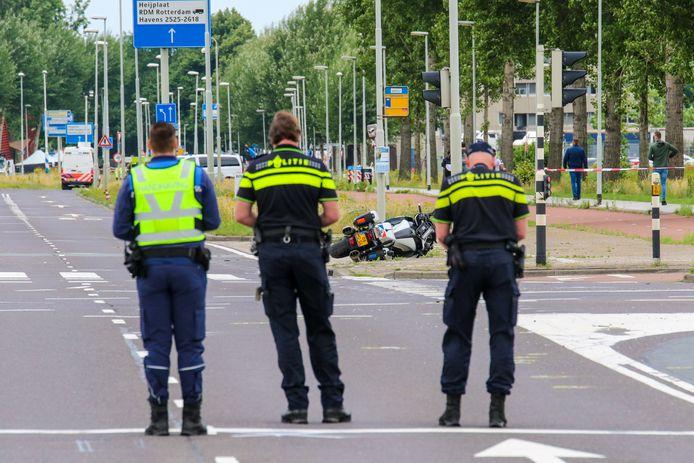Drie agenten bewaken de weg waar het dodelijke ongeval met hun collega is gebeurd.