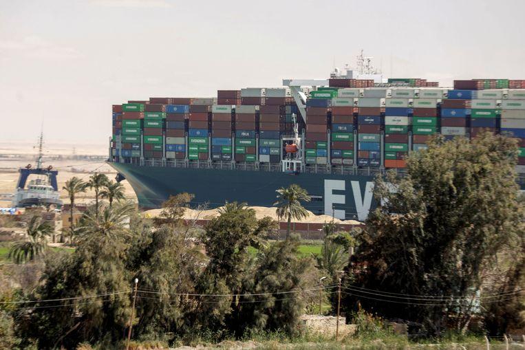 De Ever Given in het Suezkanaal in Egypte. Beeld REUTERS