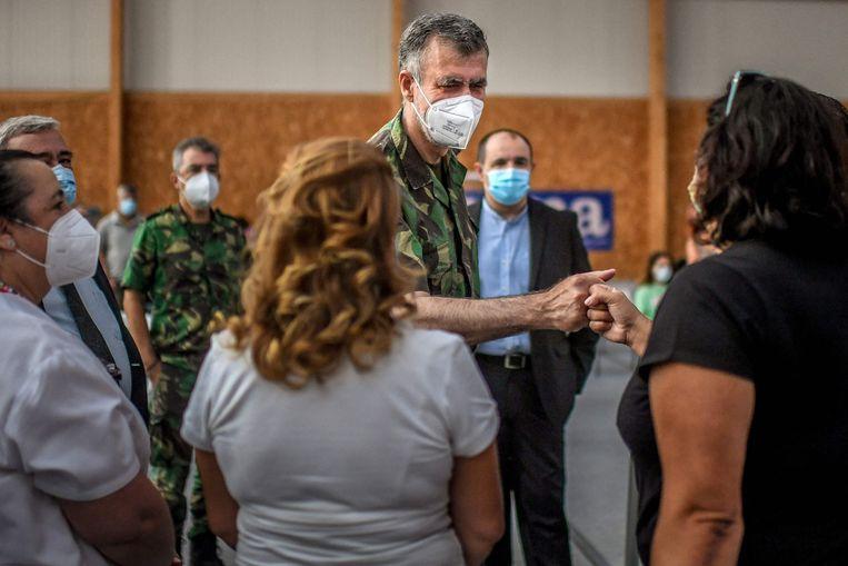 Viceadmiraal Henrique Gouveia e Melo droeg altijd zijn gevechtsuniform, om de Portugezen van de ernst van de situatie te doordringen.  Beeld AFP