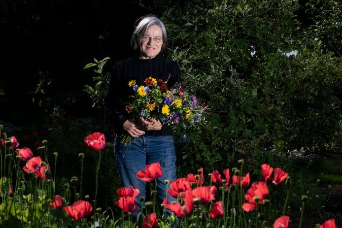 Ceciel Geerards in haar bloementuin op Landgoed Grootstal.