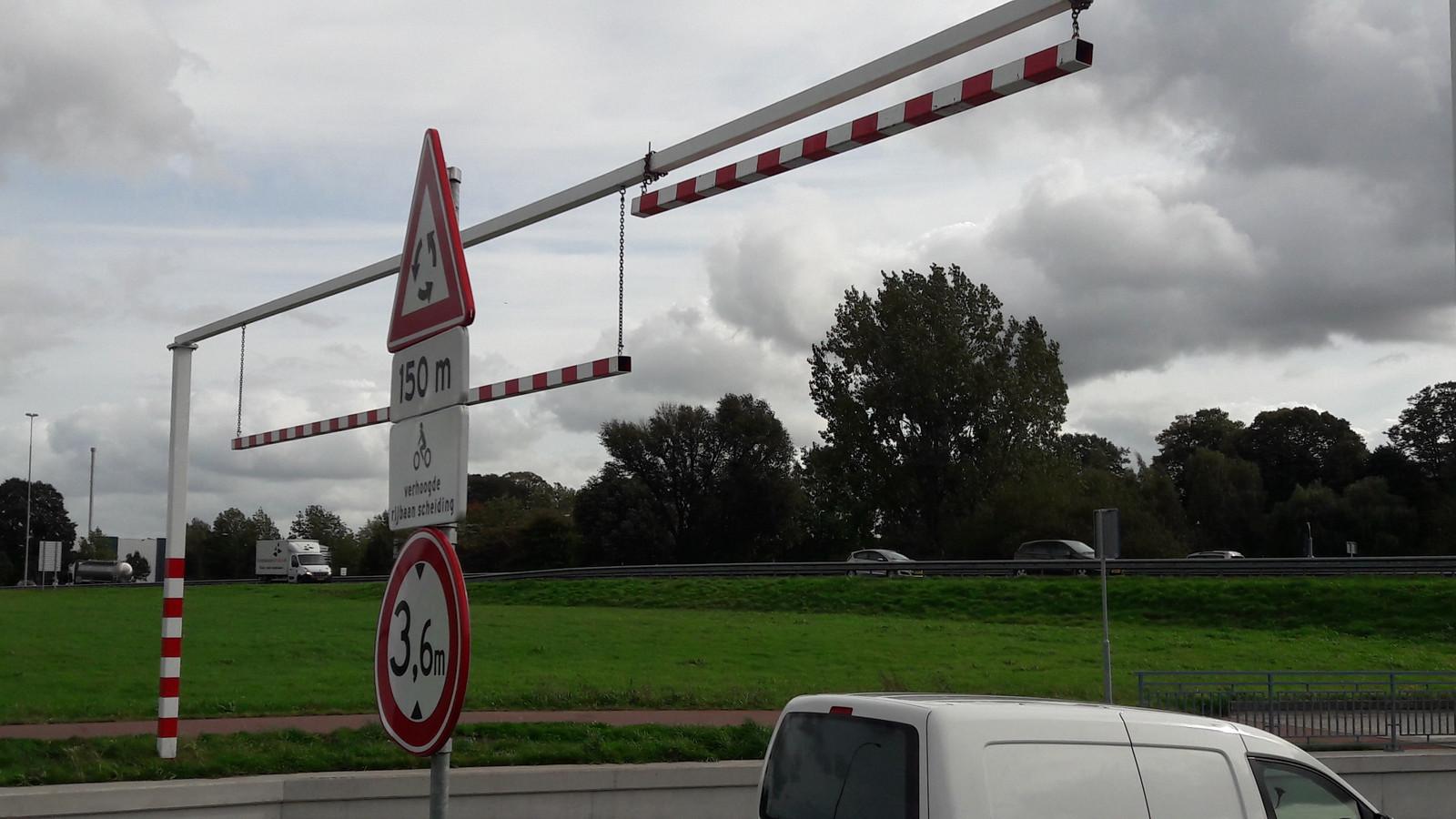 De gemeente is van mening dat alles is gedaan om vastrijdende vrachtwagens te voorkomen. Het zou wel handig zijn als deze - hardhandige - waarschuwingsbalk op de juiste hoogte zou hangen.