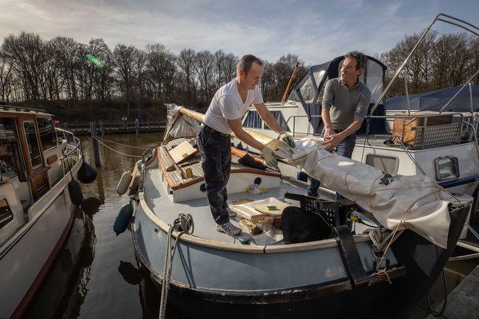 Eindhoven - Paul van der Oord en Peter Tillemans (R) werken aan hun platbodem (een Vollenhovense Bol) in de Beatrix Haven in Eindhoven