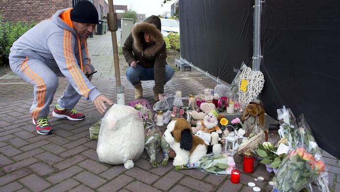 Voor de woning aan de Zonnedauw in Reuver waar zich donderdag een dodelijk drama afspeelde, worden knuffels en bloemen neergelegd. Een driejarig meisje werd door haar vader vermoord waarna de man zelfmoord pleegde