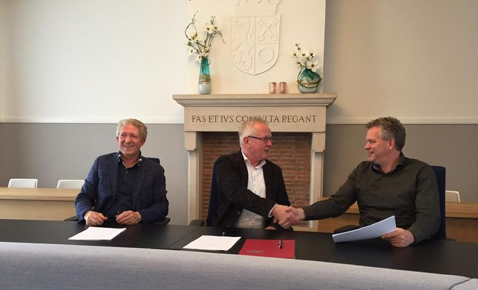 Vlnr. Hendrik Roozen (Roozen Van Hoppe), wethouder Ted van de Loo en Ruud Reijrink (Reyrink) bij de ondertekening van de intentieovereenkomst. De drie partijen gaan samen onderzoeken of de twee firma's van Haghorst naar de Bakertand kunnen verhuizen.