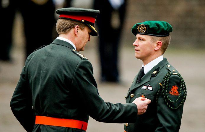 Koning Willem-Alexander reikte in 2014 Gijs Tuinman, die nu luitenant-kolonel is, de Militaire Willems-Orde uit.