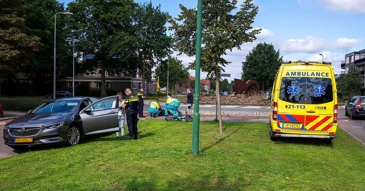 Fietsster naar ziekenhuis na botsing op rotonde in Oss.