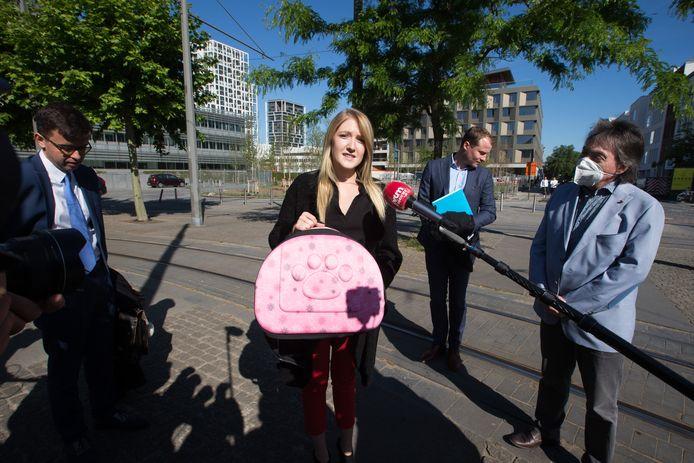 Selena Ali met een lege kattenreismand, eind mei bij de rechtbank in Antwerpen.