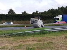Bestelbus slaat over de kop op A28 bij Nijkerk