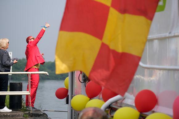 Supporters van KV Mechelen stappen in Willebroek en Kapelle-op-den-Bos op de boot richting bekerfinale op de Heizel