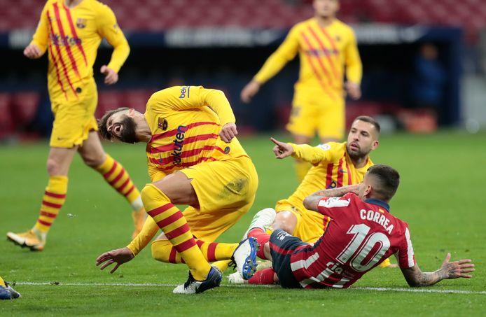 Gerard Piqué raakt geblesseerd na een duel met Atlético's Angel Correa.