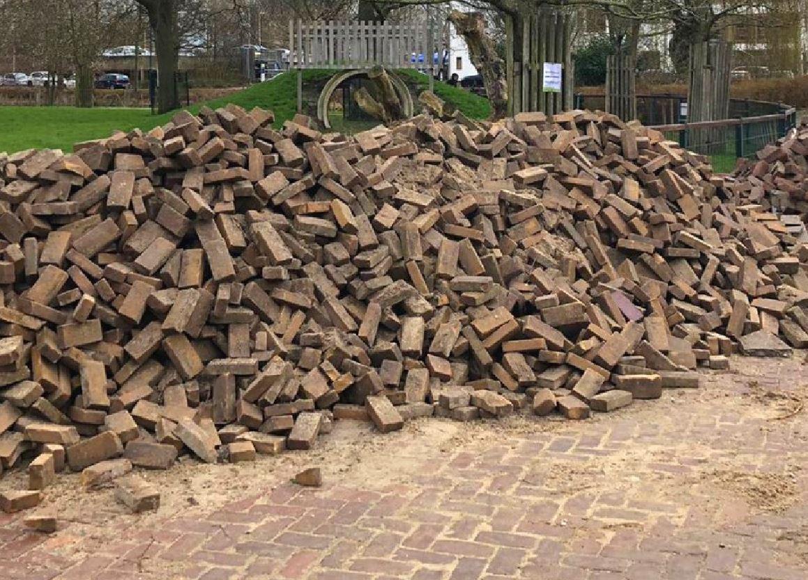 De tegels die het Natuurcentrum verwijderde.