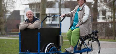 Het huis duurzamer maken? De gemeente Olst-Wijhe deelt uit en de pakketjes worden op de fiets bezorgd