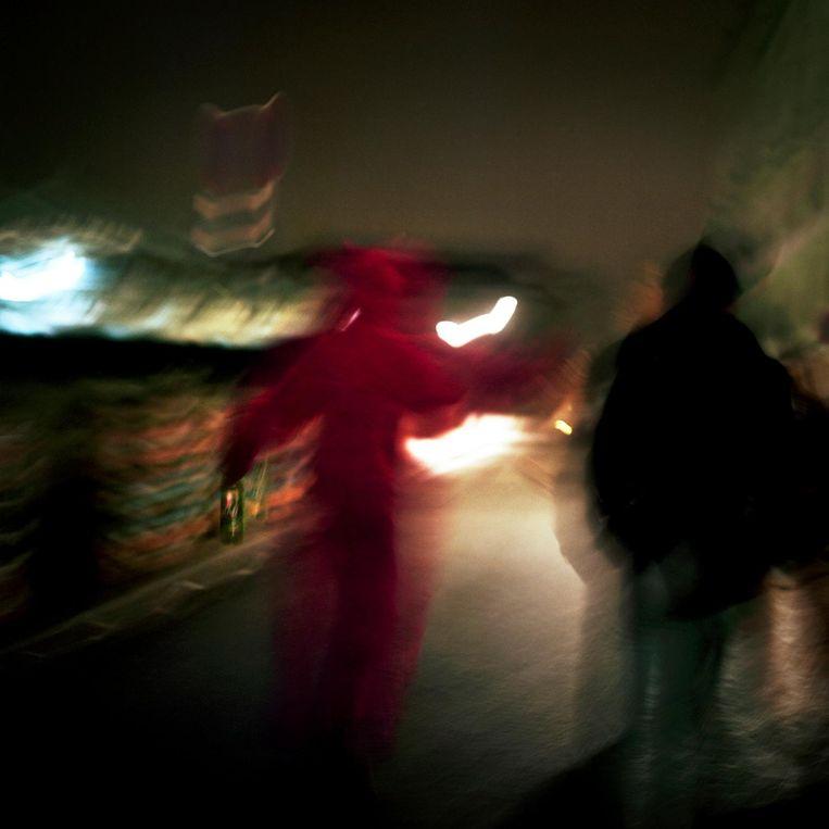 Frankrijk, Parijs, 05 februari 2016, man in duivels kostuum loopt in de buurt van Gare de l'Est. Beeld null