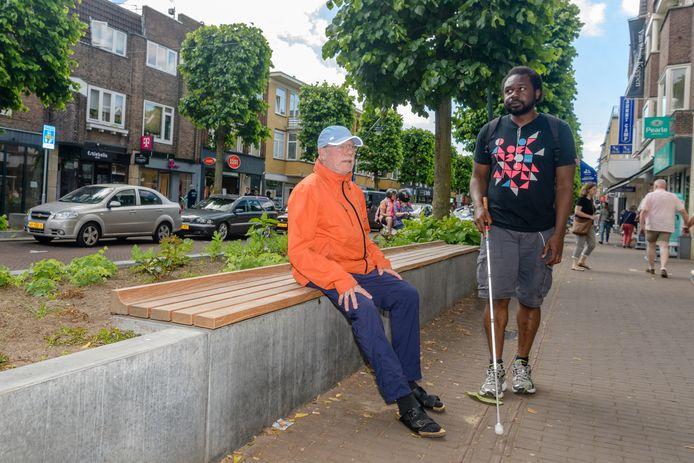 Ruud Delhaas met de slechtziende Michael op de Slotlaan, waar maar weinig ruimte overblijft voor de geleidelijnen.