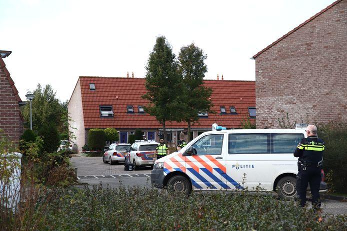 De man zit op het dak van een woning aan de Roos Vosstraat in Tiel.