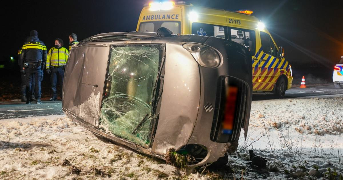 Bestuurder raakt gewond als auto op zijkant belandt bij ongeval in Lithoijen.