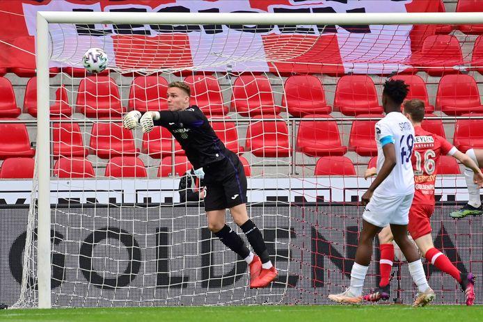 Hét moment van de wedstrijd: Verbruggen bokst de kopbal van Lamkel Zé weg, maar de bal zou dus achter de lijn zijn geweest.