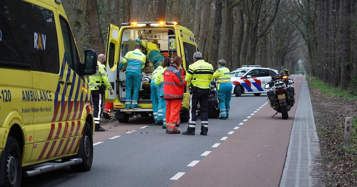 Mountainbiker zwaargewond door botsing tegen boom.