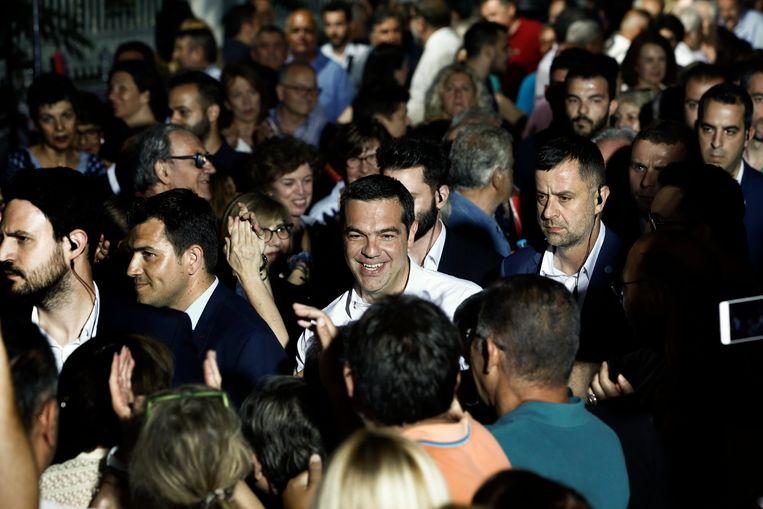 Griekse premier  Alexis Tsipras schudt handen tijdens een recente verkiezingsbijeenkomst in Athene.  Beeld EPA