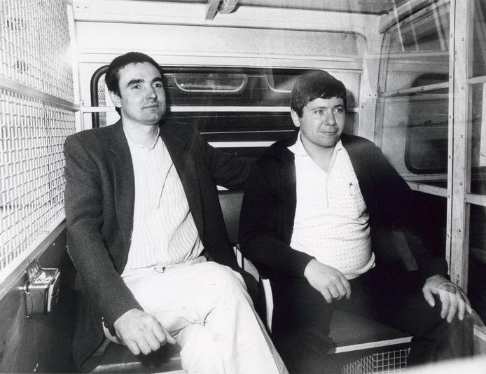 Heineken-ontvoerders Frans Meijer en Jan Boellaard in een arrestantenbusje bij het gerechtsgebouw.