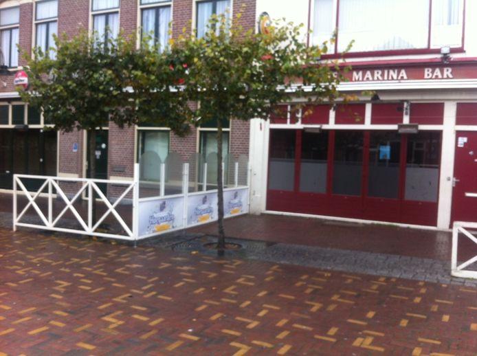 Stilte voor de storm? Winkels op de Markt in Steenbergen zijn laat in de middag gesloten, terrassen opgeruimd.