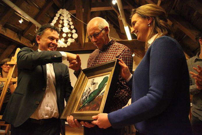 Parlementslid Stefaan Van Hecke overhandigde een geldprijs én een kunstwerk gemaakt door Ann Ruyssinck