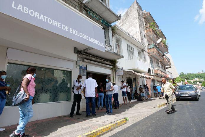 Mensen staan in de rij voor een covidtest in Fort-de-France, in Martinique.