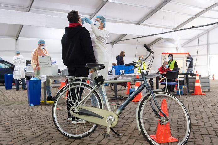 De coronateststraat bij Amphia Langendijk in Breda. Ook met de fiets bereikbaar.