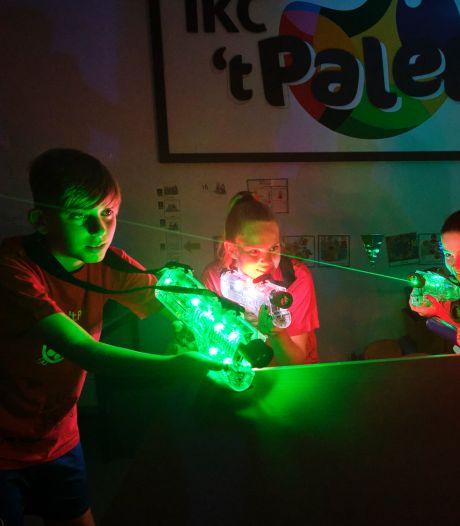 De school als strijdtoneel: kinderen mogen voor één keertje lasergamen in de aula